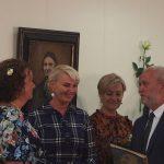 Apdovanojimą Jūratei Norvaišienei teikia Savivaldybės meras Vidmantas Macevičius