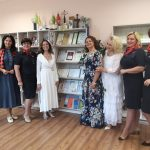 J.Norvaišienė, V.Kochanskytė, I.Maknavičienė su Rotary klubo LIBERTA sesėmis bibliotekoje
