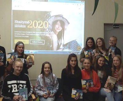 Jaunuoliai ir Ukrinų vaikų dienos centro vaikai bibliotekoje kalbėjo apie knygų skaitymą