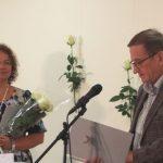 Laureatę sveikina Seimo nario K. Bartkevičiaus patarėjas Česlovas Čyžas