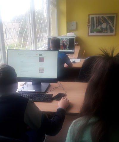 Renginio dalyviai žiūri skaidres apie Žalgirio mūšį