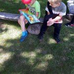 Vaikai domisi garsinėmis knygelėmis