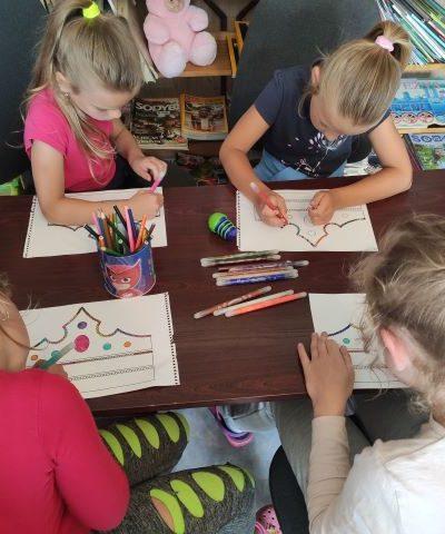 Vaikai kuria ir dekoruoja karaliui Mindaugui karūną