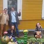 """""""Poezijos pavasario"""" dalyviai Mažeikiuose prie gimtojo Henriko Nagio ir jo sesers Liūnės Sutemos namo"""