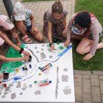 Vaikai gamina Žalgirio mūšio lauko maketą