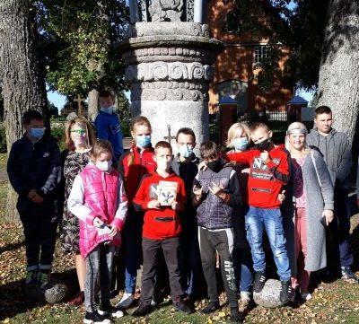 """Edukacinio užsiėmimo """"Prakalbinkim akmenį""""dalyviai prie Stepono Gailevičiaus koplytstulpio"""