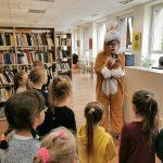 Kiškis Mažeikiškis supažindina su bibliotekos taisyklėmis