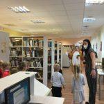 Mažieji lankytojai Vaikų ir jaunimo skyriuje sutinka Kiškį Mažeikiškį