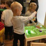 Mažieji lankytojai išbando Emocijų raiškos erdvės priemones