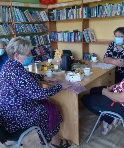 Mezgimo paslapčių žinovė Janina Končienė renginio dalyves mokė naujos avalono mezgimo technikos