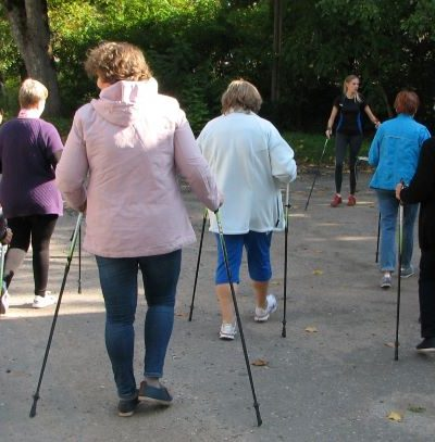 Moterys mokėsi žingsniuoti su šiaurietiškomis lazdomis