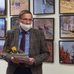Seimo nario K. Bartkevičiaus patarėjas Č. Čyžas J. Jonušaitei įteikė padėkos raštą