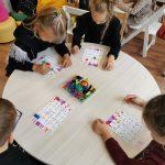Vaikai žaidžia stalo žaidimą