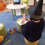 Užsiėmimo metu gaminami knygos personažai šėšėlių teatrui