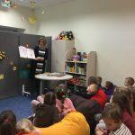 Vaikai klausosi pasakojimo apie knygas