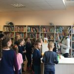 Mokiniai domisi kaip tapti bibliotekos skaitytojais.