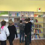 Vaikai apžiūrinėja žurnalų lentyną