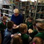 Saugykloje vaikai varto seniausias knygas