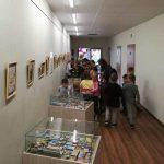 Vaikai apžiūri Dalios Bliūdžiuvienės degtukų kolekcijos parodą