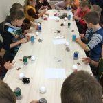 Vaikai gamina lėlytes