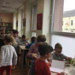 Vaikai varto įvairias knygas