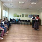Dalyvės pasakoja vaikams apie žemaičių aprangą