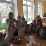 """Mažeikių l/d """"Saulutė"""" priešmokyklinės grupės vaikai džiaugiasi dovanomis"""