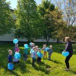 Ikimokyklinukai žaidžia debesėlių žaidimą