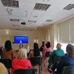 Mažeikių visuomenės sveikatos biuro specialistė Ieva Šimkutė pristato pranešimą apie psichologinę gerovę