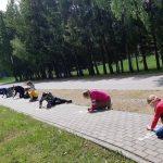 Vaikai piešia kreidelėmis ant plytelių