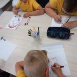 Vaikai piešia žmogų ugnikalnį