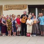 """""""Poezijos pavasario"""" dalyviai ir būrelis Bugenių bendruomenės narių"""