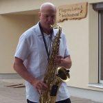 Saksofono melodijomis Bugeniuose svečius pasitiko muzikantas Robertas Bartašius
