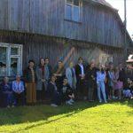 Kraštiečio poeto, vertėjo ir publicisto Alfonso Bukonto 80-ojo gimtadienio paminėjimo dalyviai prie namo, kur poetas augo