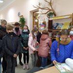 Vaikai renkasi pasakų knygeles